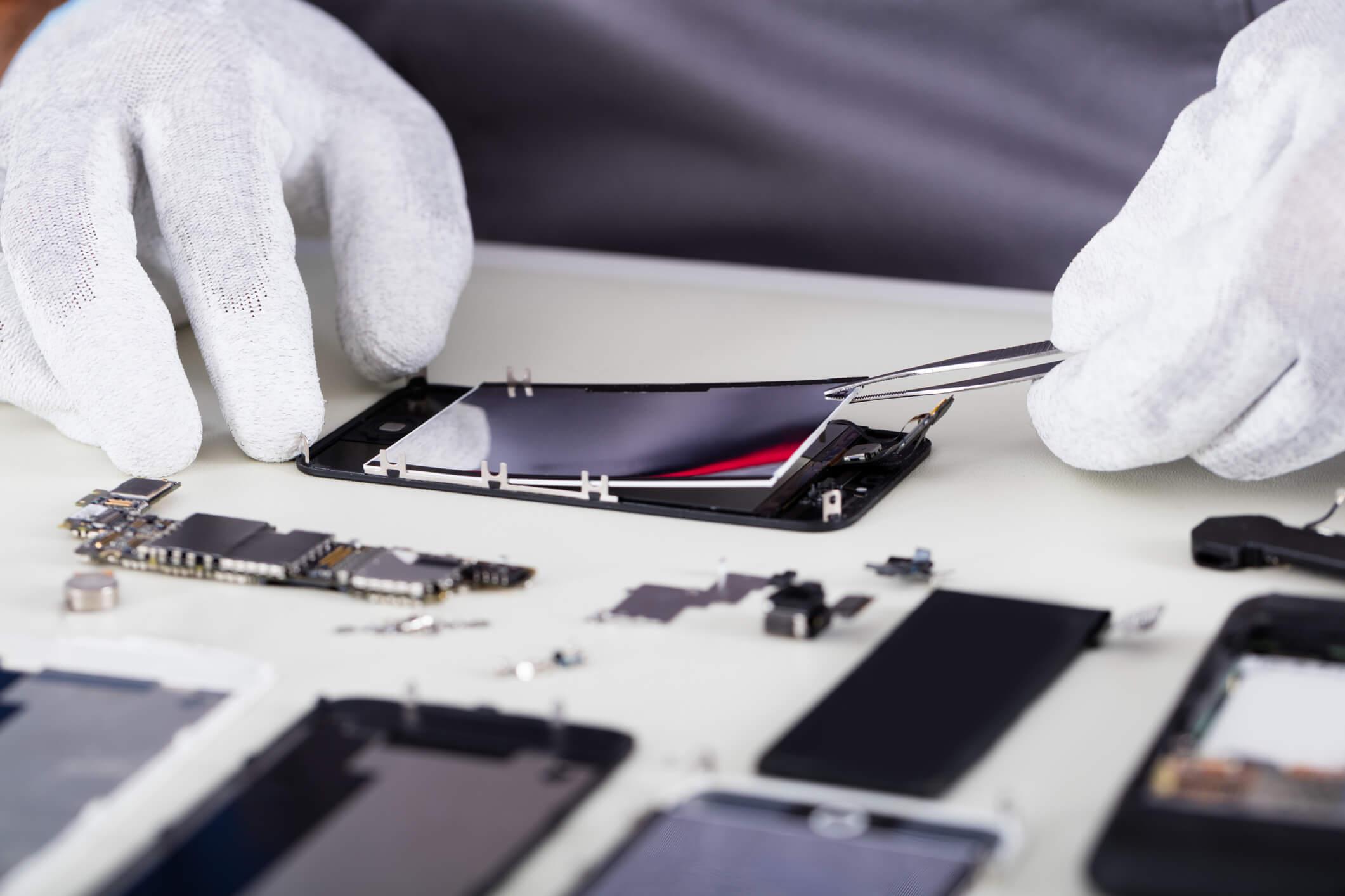 iphone aberto sendo reparado por um tecnico