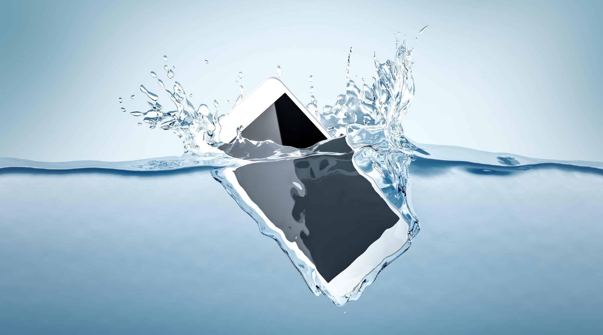 iphone mergulhando numa quantidade grande de agua