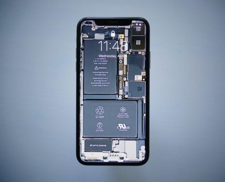 iphone com plano de fundo ou imagem de protecao de tela com imagem que representa os componentes internos do aparelho